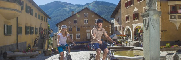 ENGADIN ST. MORITZ - ENGADIN ST. MORITZ: Zwei E-Bike Fahrer auf dem Dorfplatz in Zuoz.  Two e-bike riders on the village square in Zuoz.  Due ciclisti su e-bike nella piazza del paese a Zuoz.  Copyright by: ENGADIN St. Moritz    By-line: swiss-image.ch/Christof Sonderegger